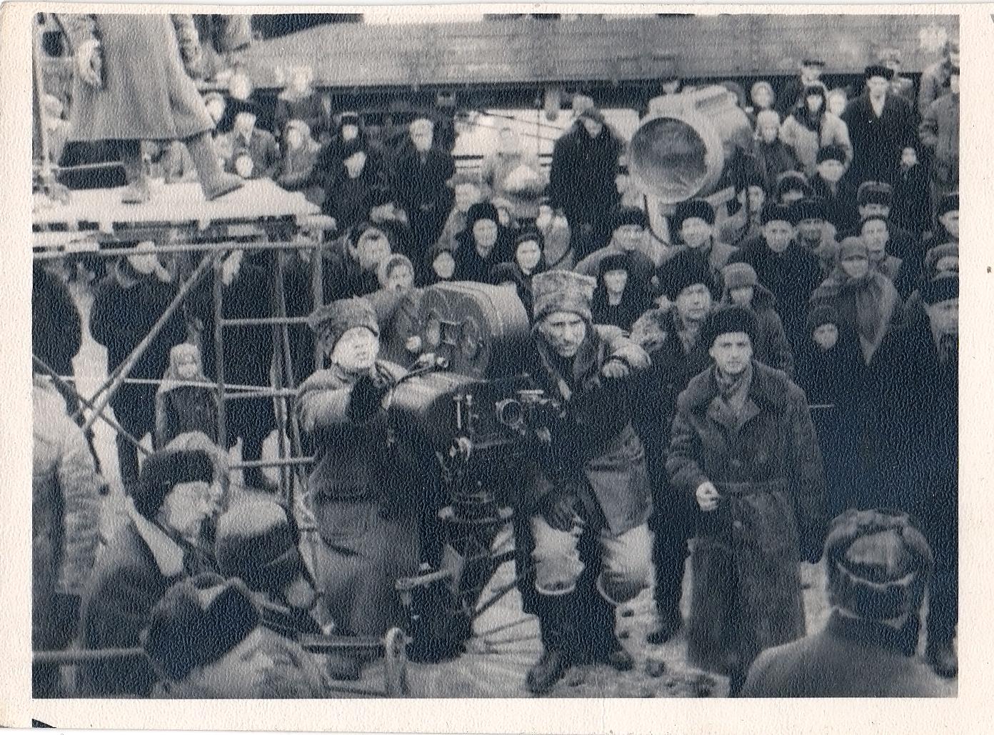 Фотографии со съемок фильма «Тихий Дон». Момент съемки, в центре у камеры С.А.Герасимов