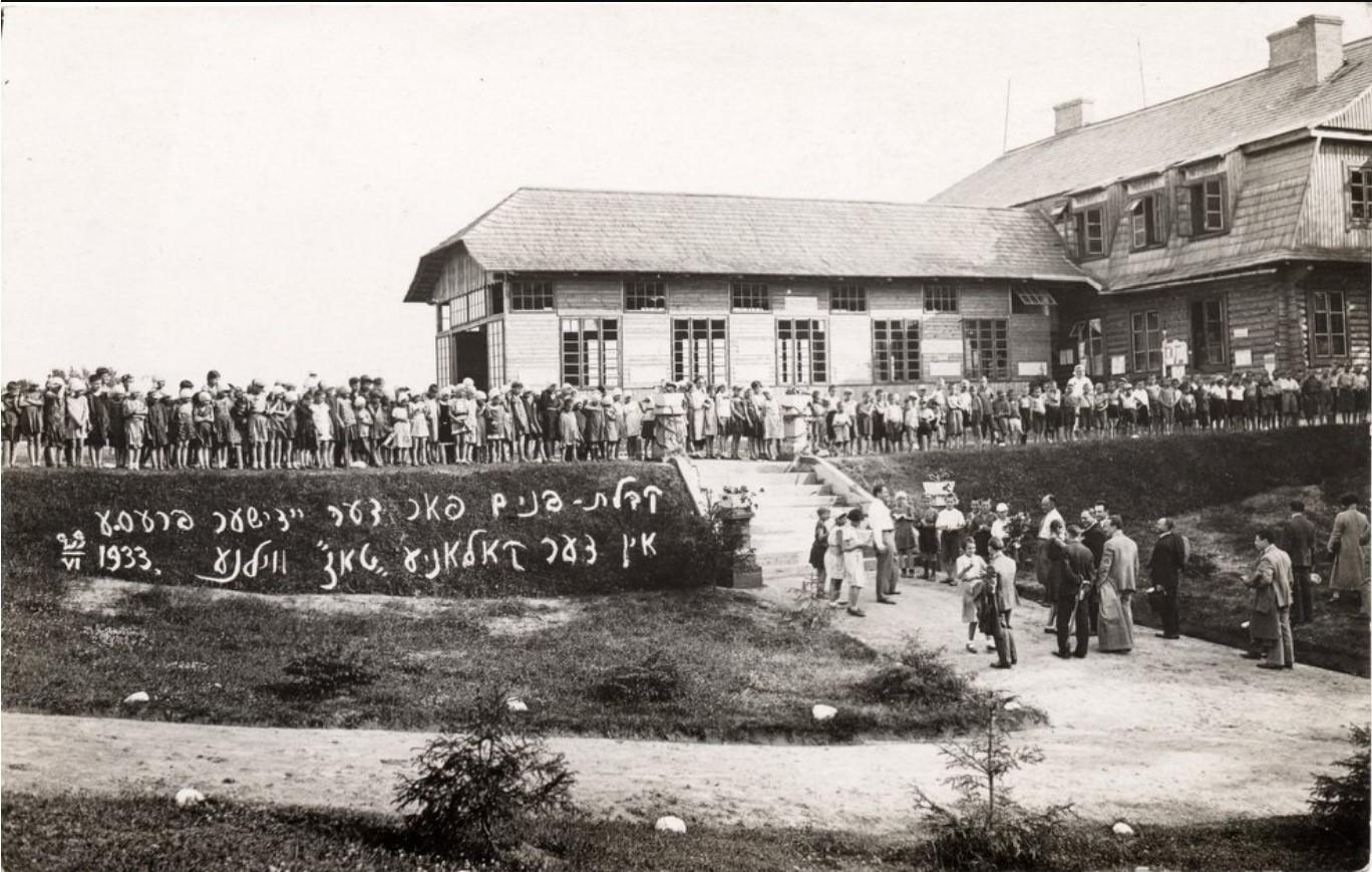 1933. Дети и студенты летнего лагеря приветствуют журналистов из Еврейского информационного агентства