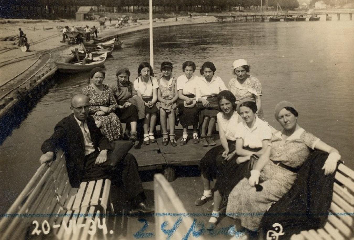 1934. Студенты и преподаватели школы С. Фруг на реке Нерис