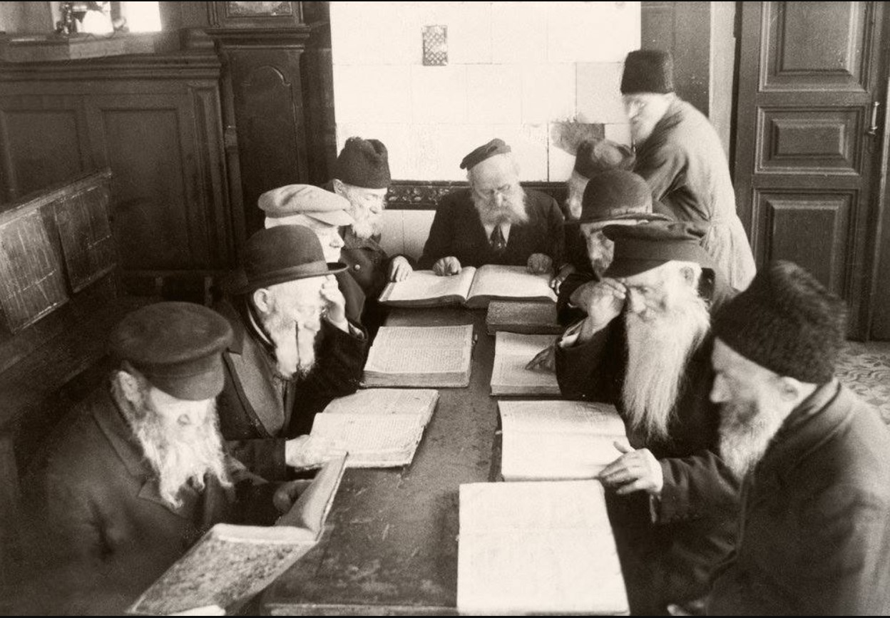 1937. Евреи изучают Талмуд