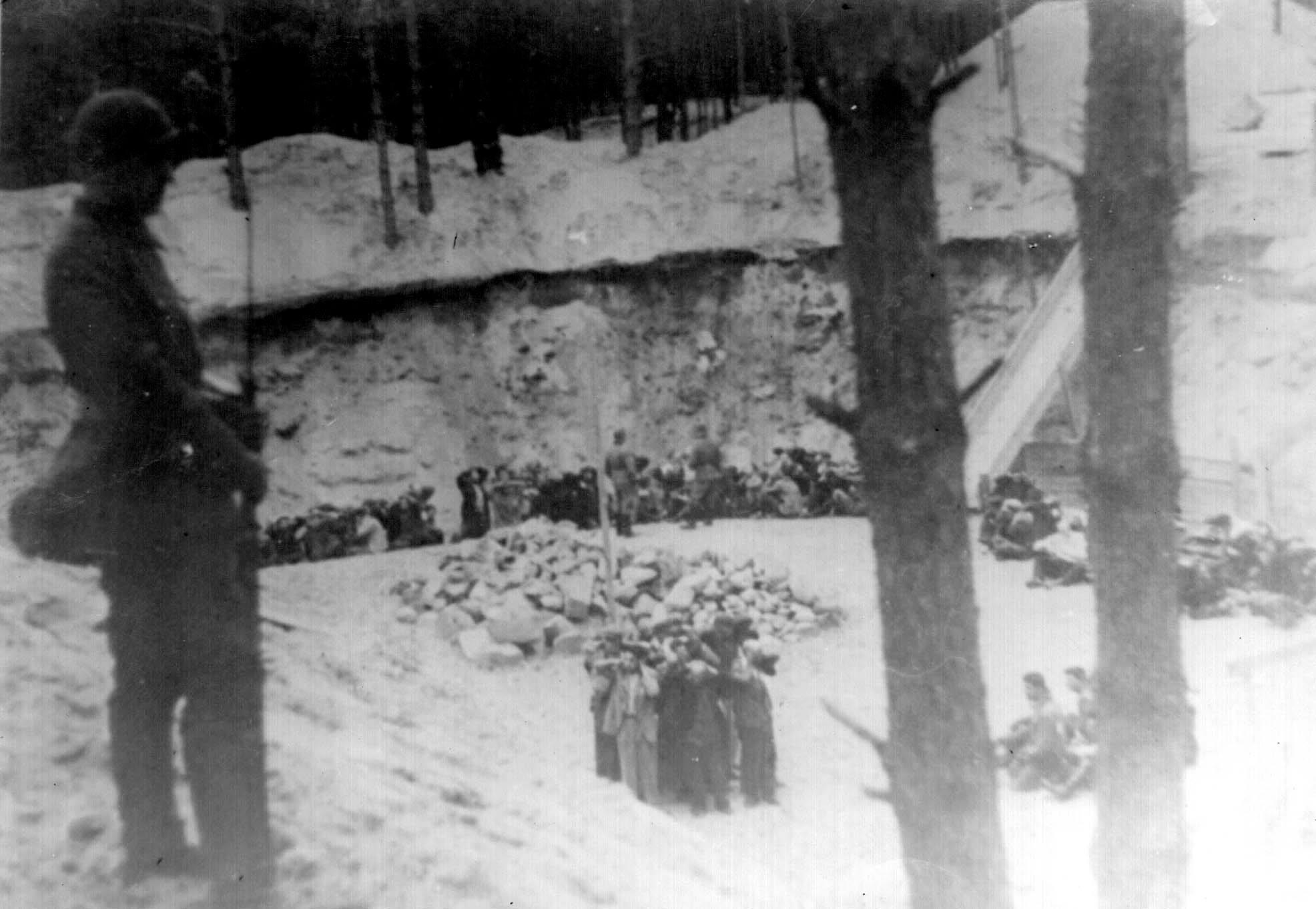 1941. Евреи в Понарах стоят в яме, в которой они и будут убиты