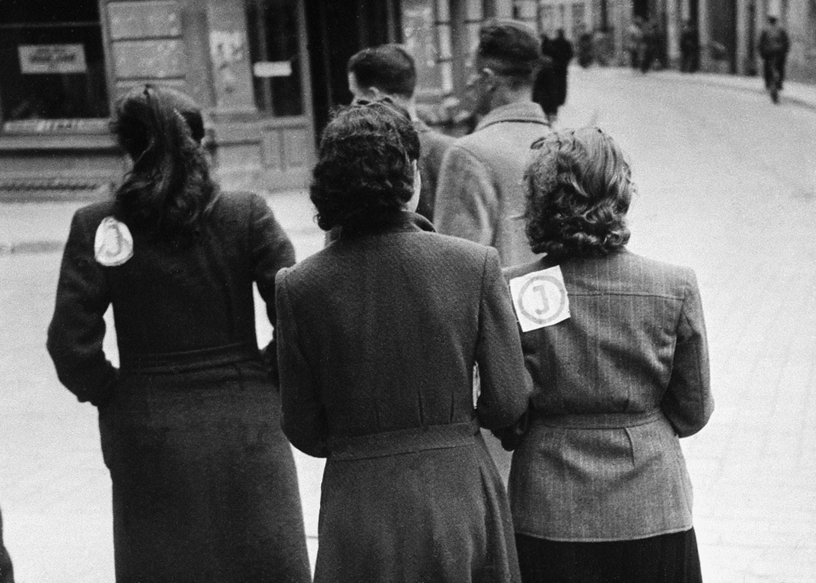 1941. Оставшииеся в живых евреи собраны в гетто, где должны носить желтый круг с буквой «J» посередине. Вильно, Июль