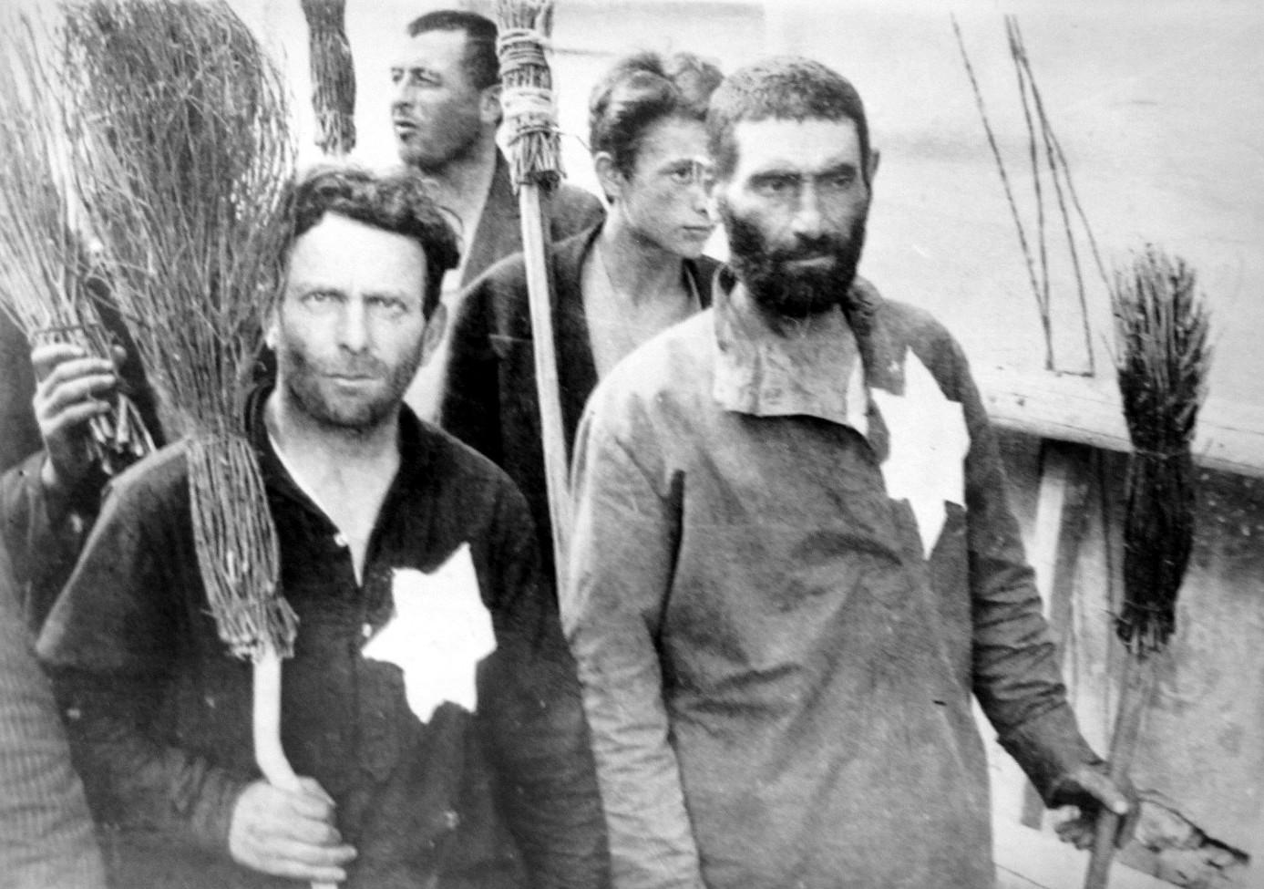 1941. Евреи Вильнюсского гетто строятся в колонну для отправки на принудительные работы