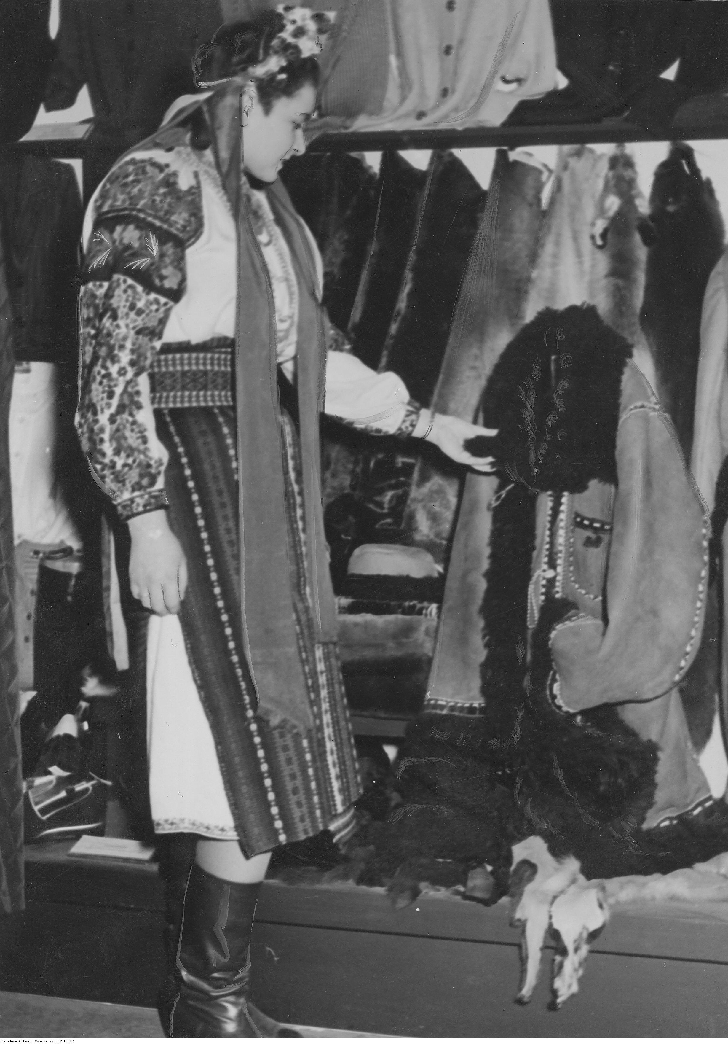 1941. Лейпцигская ярмарка. Украинская девушка представляет продукты швейной промышленности