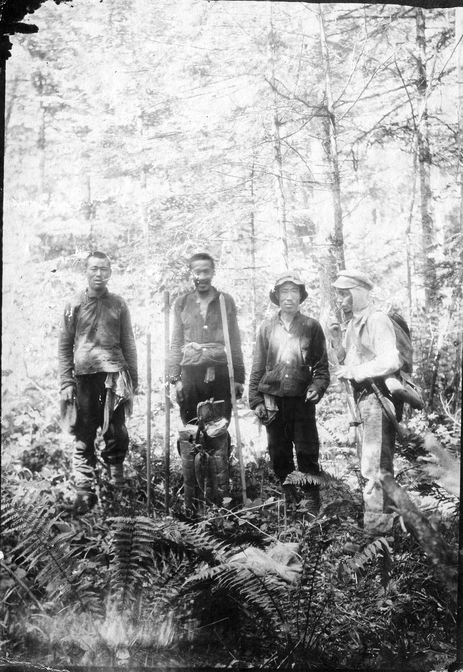 Участники Верхнесучанской экспедиции («чжаньменьщики») на реке Тудагоу у села Н-Александровского