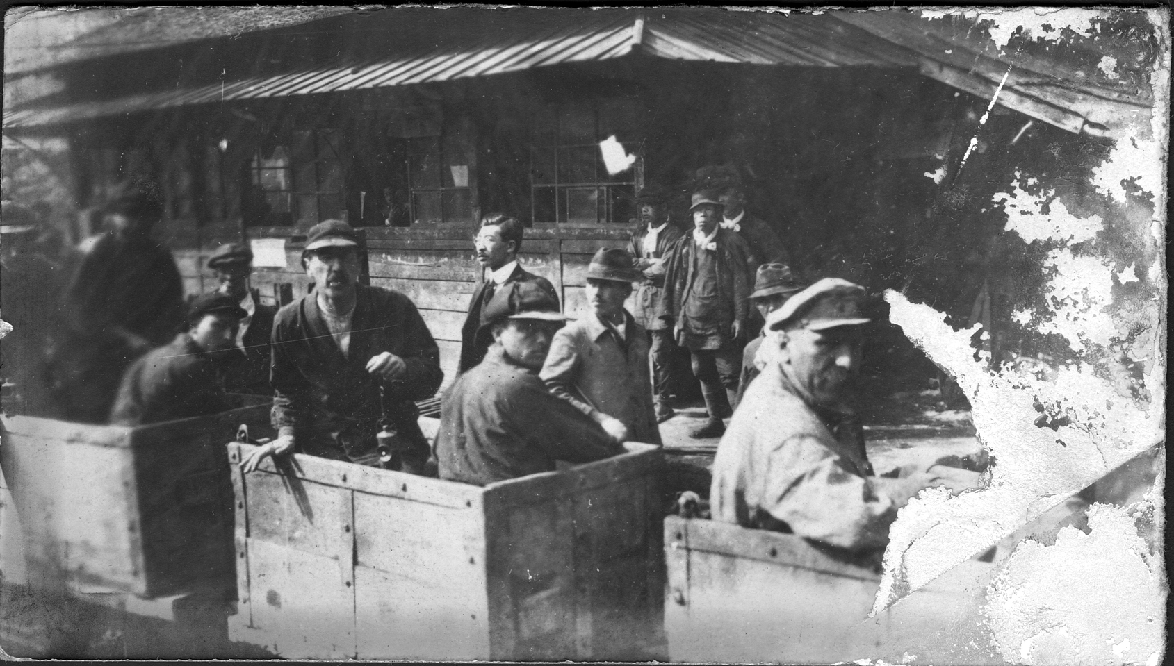 Павлов М. А. перед спуском в шахту (стоит в вагонетке с фонарем в руке)