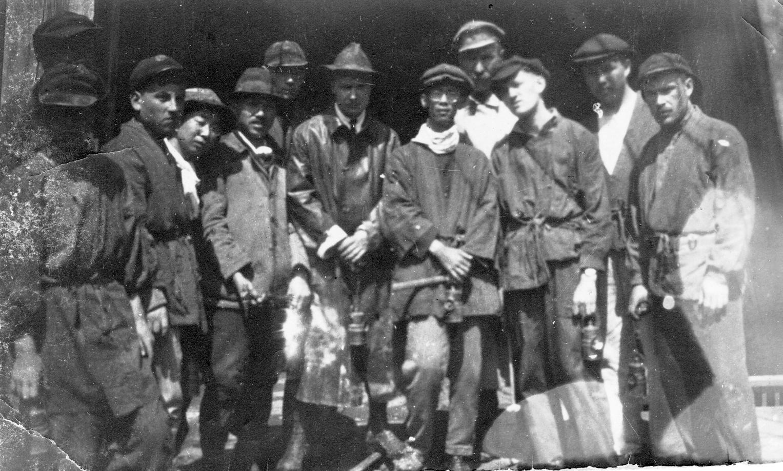 Группа шахтеров перед спуском в шахту