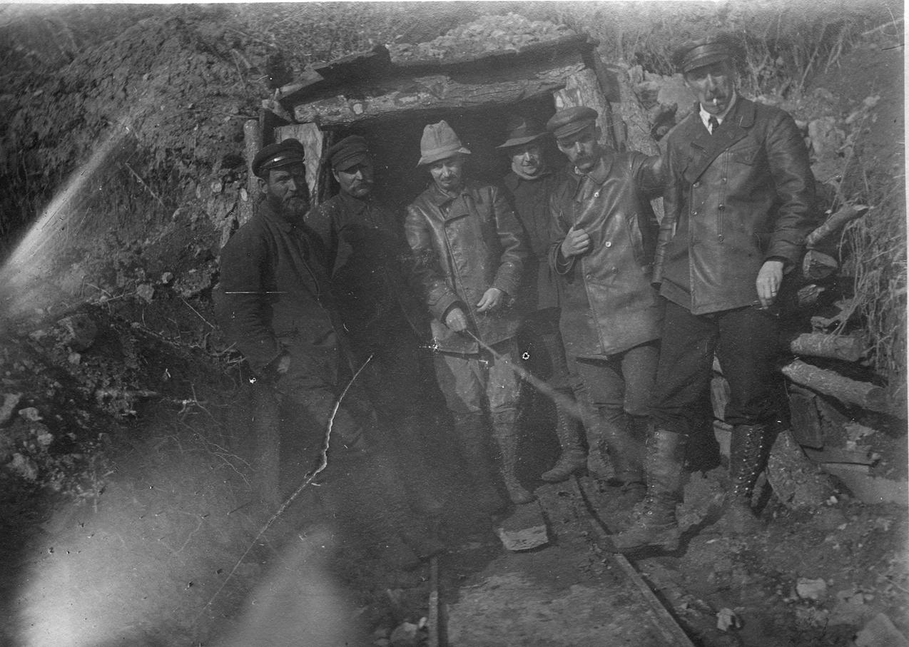 Павлов М. А. с группой рабочих у входа в шахту