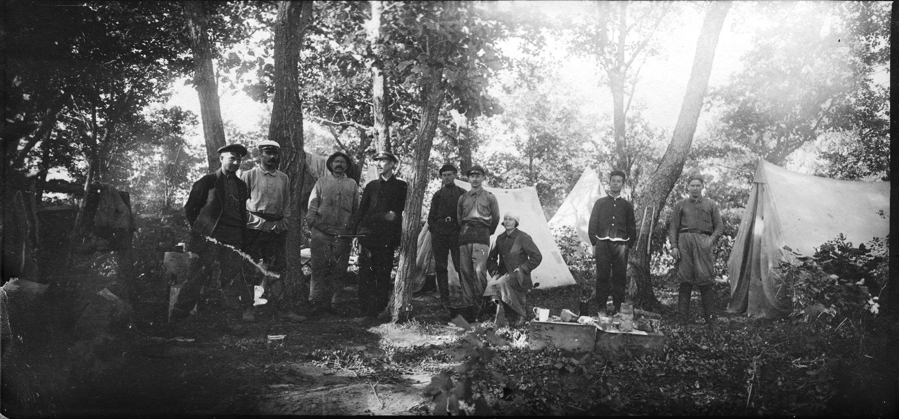 Павлов М. А. с участниками экспедиции в базовом лагере