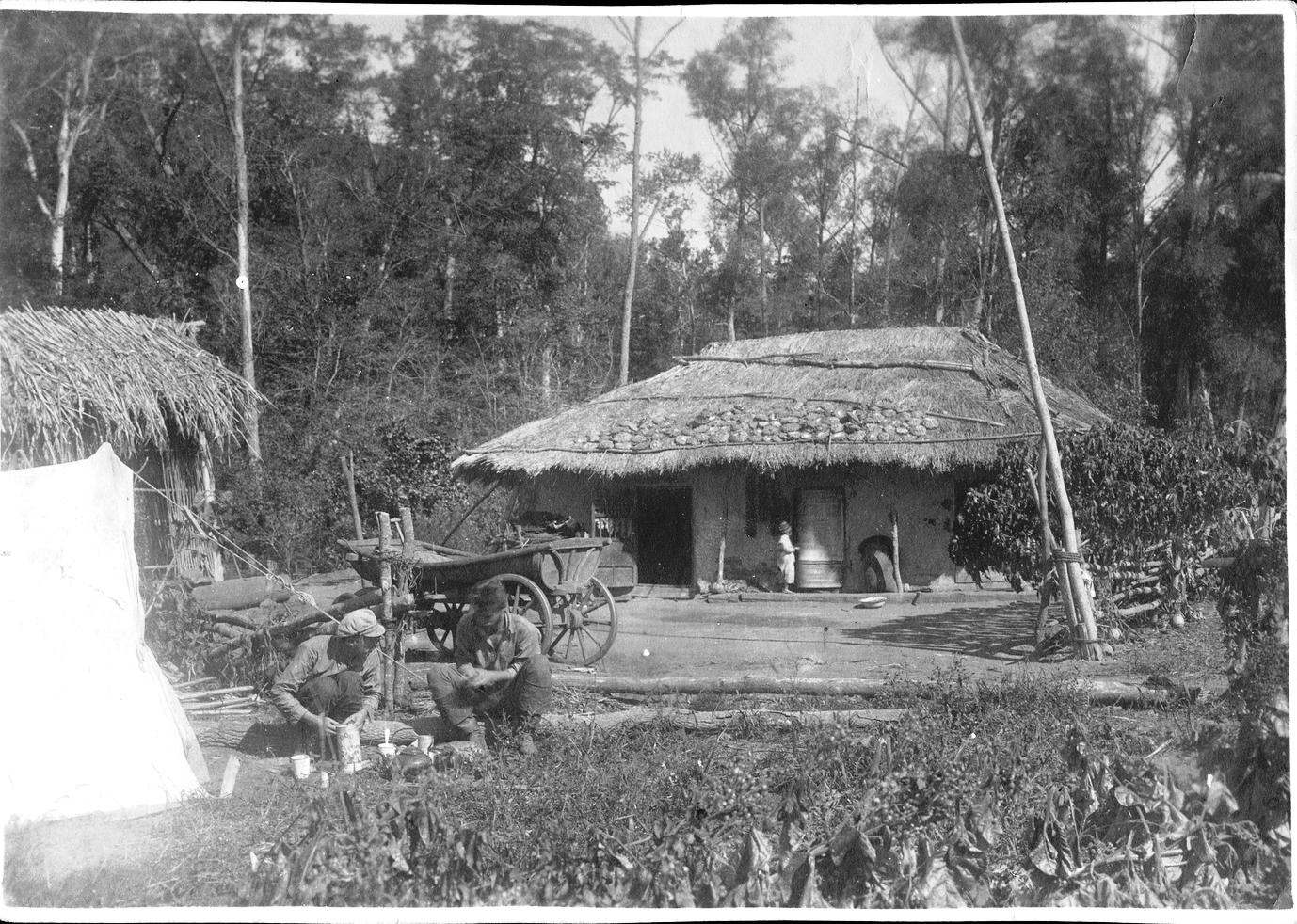 Базовый лагерь экспедиции Павлова М. А. рядом с жилищем местных жителей