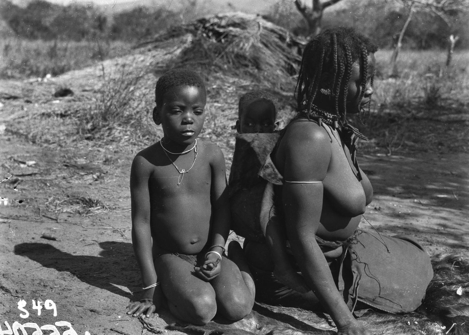 Южно-Африканский Союз. В окрестностях Претории. Женщина банту с двумя детьми