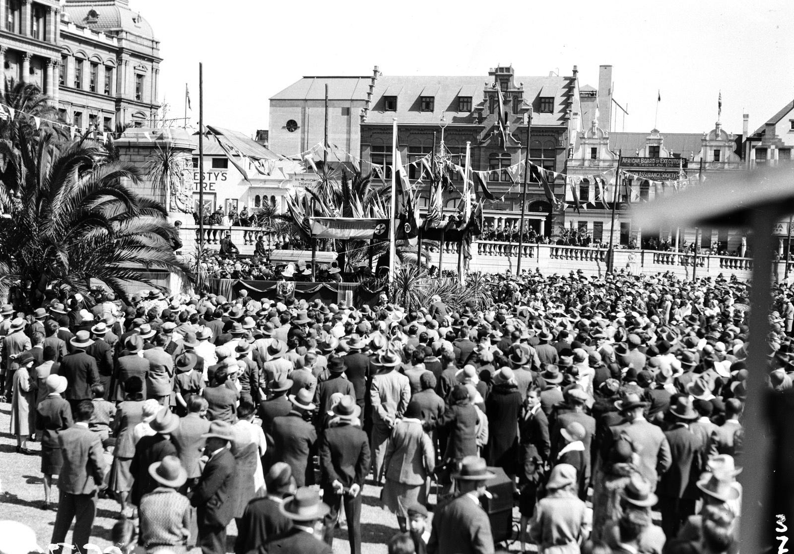 Южно-Африканский Союз. Претория. Толпа перед зданием парламента в ожидании выхода губернатора