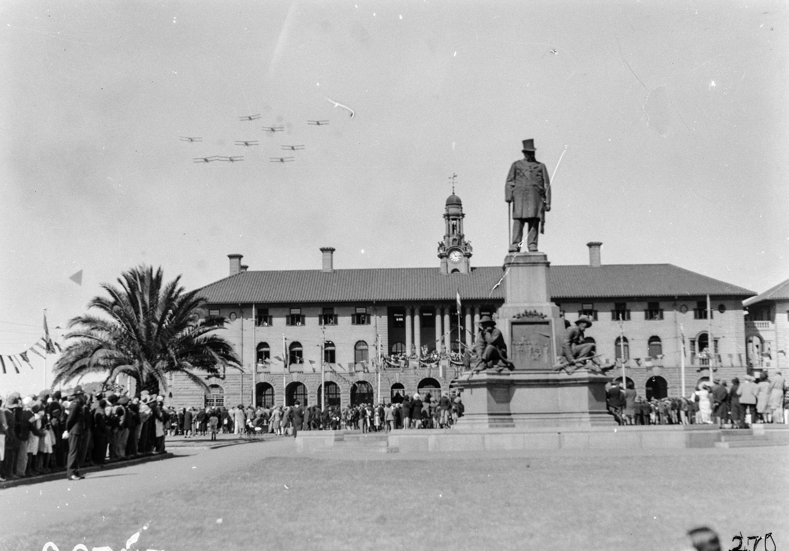 Южно-Африканский Союз. Претория. Люди возле мемориале Крюгера на церковной площади в ожидании появления губернатора