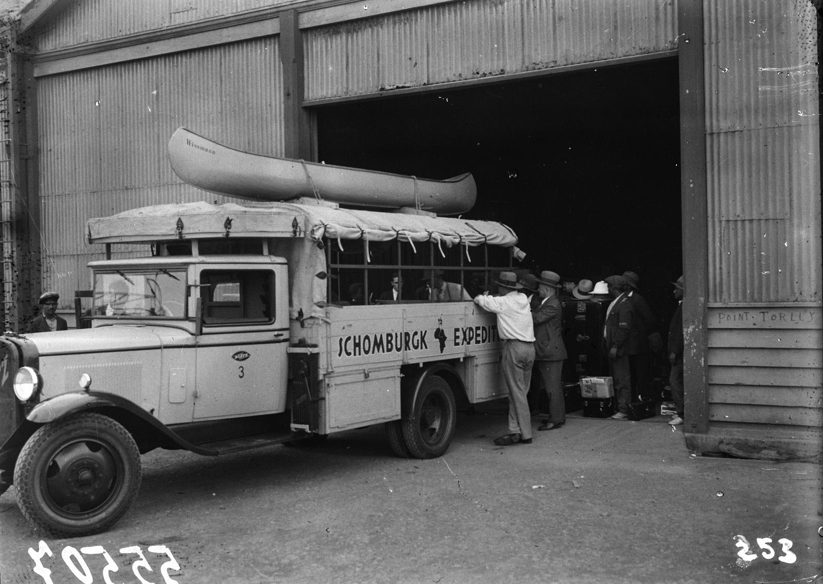 Южно-Африканский Союз. Претория. Автомобиль Opel с каноэ на крыше, окруженный членами экспедиции