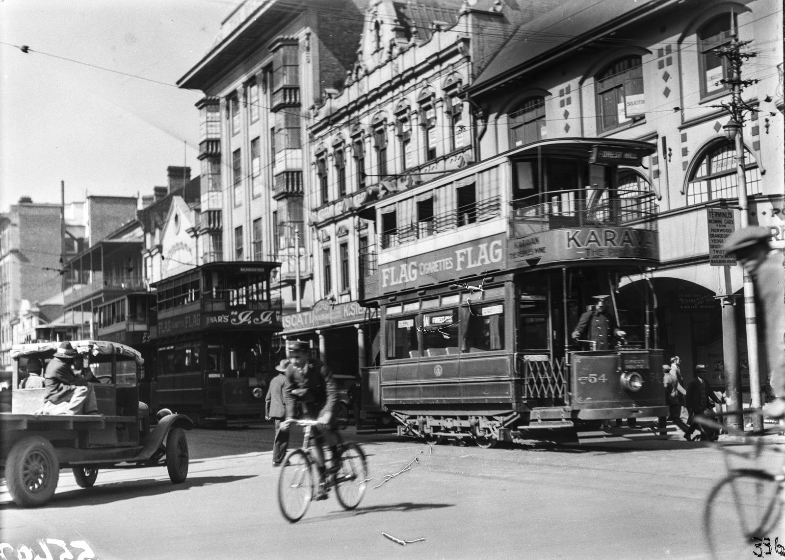 Южно-Африканский Союз. Йоханнесбург. Трамвай на оживленной улице