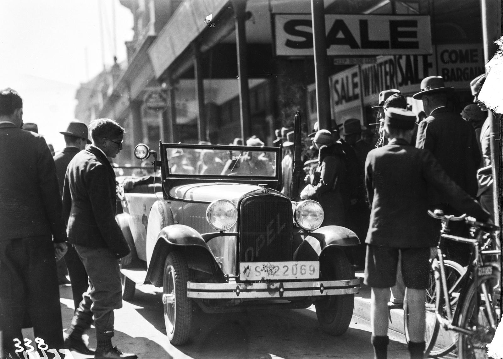 Южно-Африканский Союз. Йоханнесбург. Экспедиционный автомобиль на оживленной улице