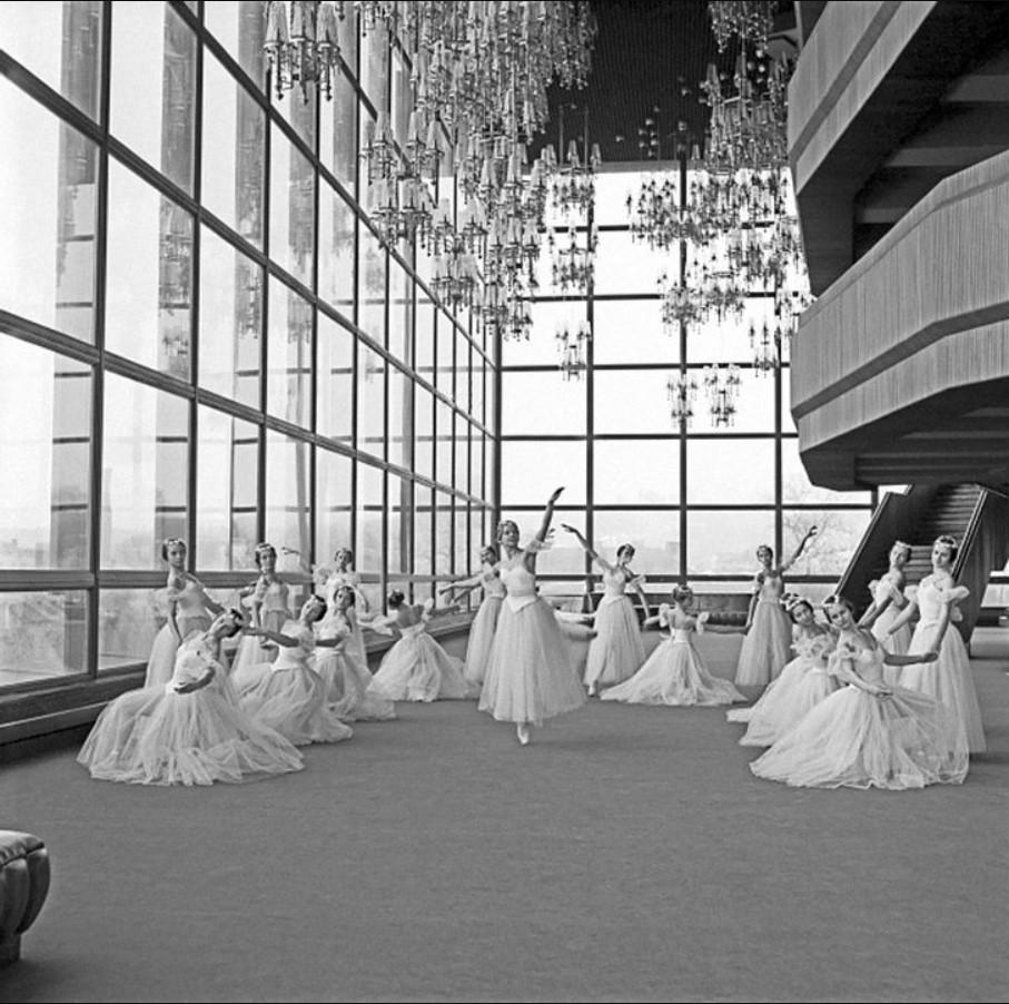 1977. Ученицы балетной школы Чюрлёниса в дворце государственного Театра Оперы и балета Лит.ССР.