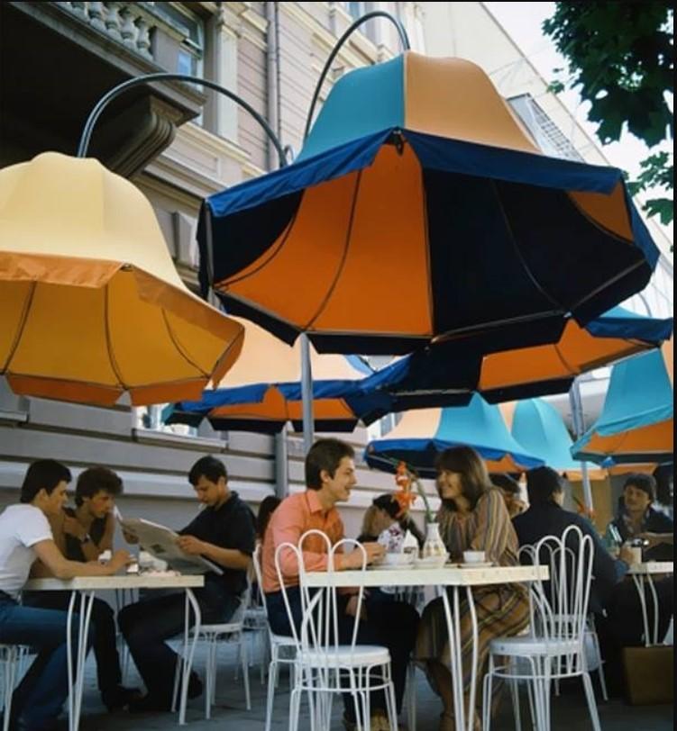 1983. Уличные столики кафе при ресторане Дайнава