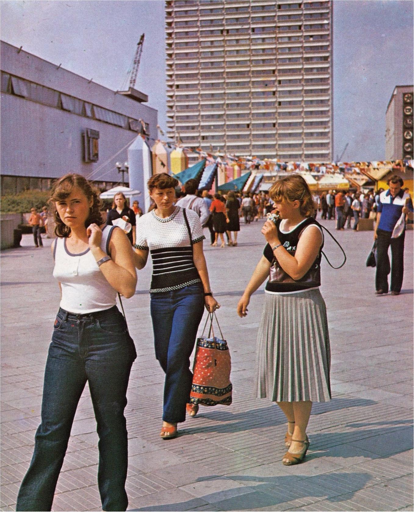 1985.  У Вильнюсского центрального универмага