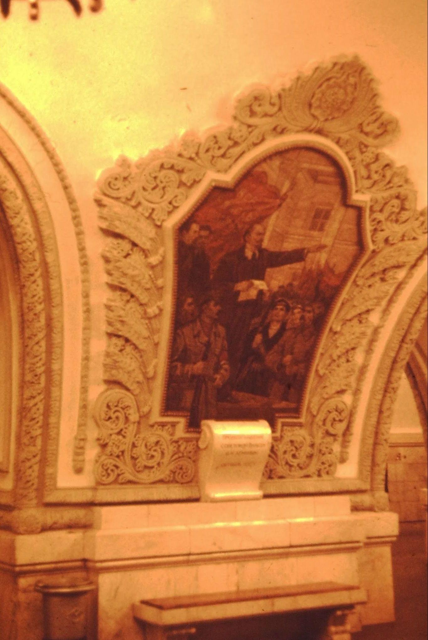 05. Станция метро с революционными изображениями; Ленин выступает с речью