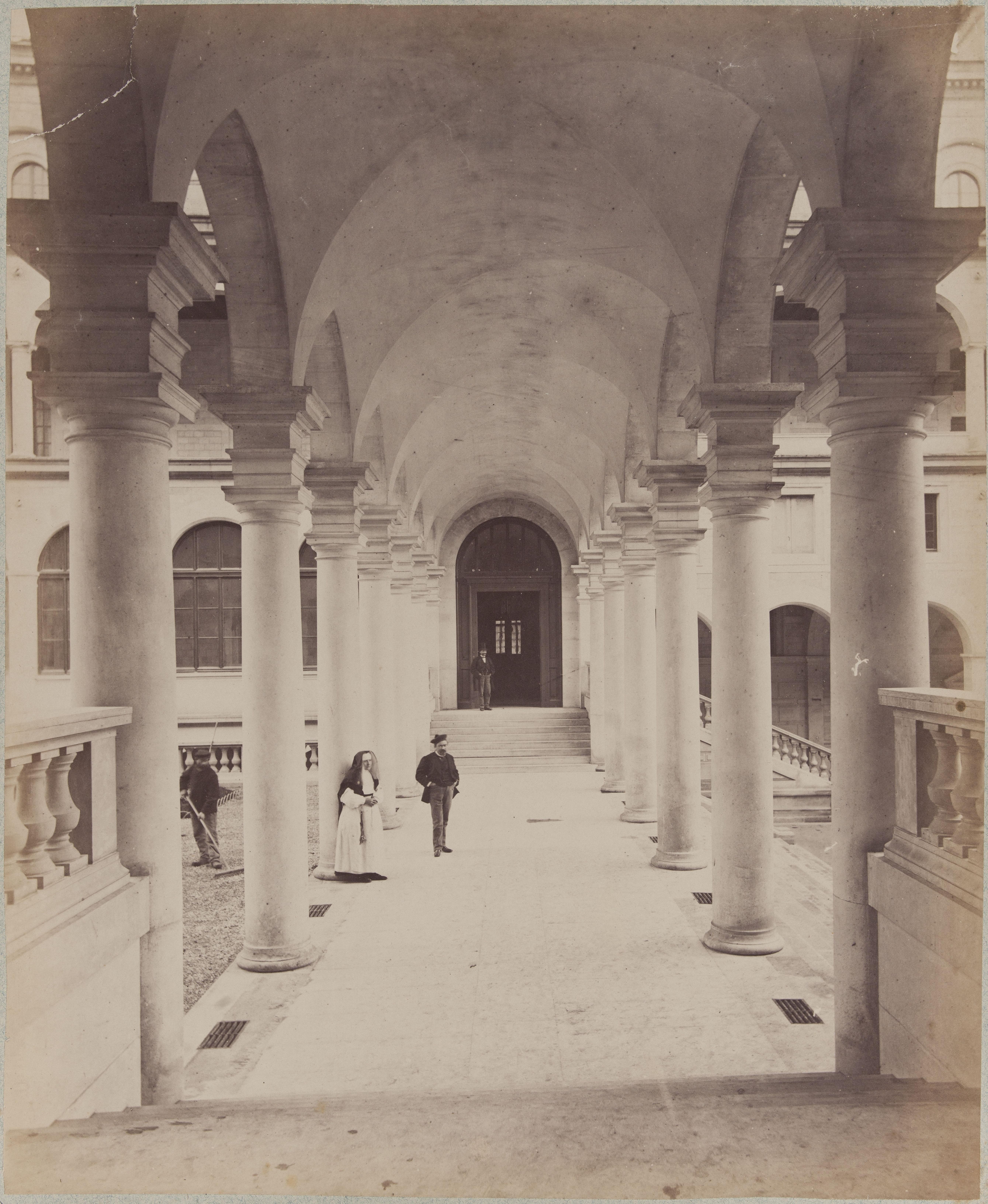 Перистиль между передним двором и курдонёром в новом Отель-Дьё де Пари