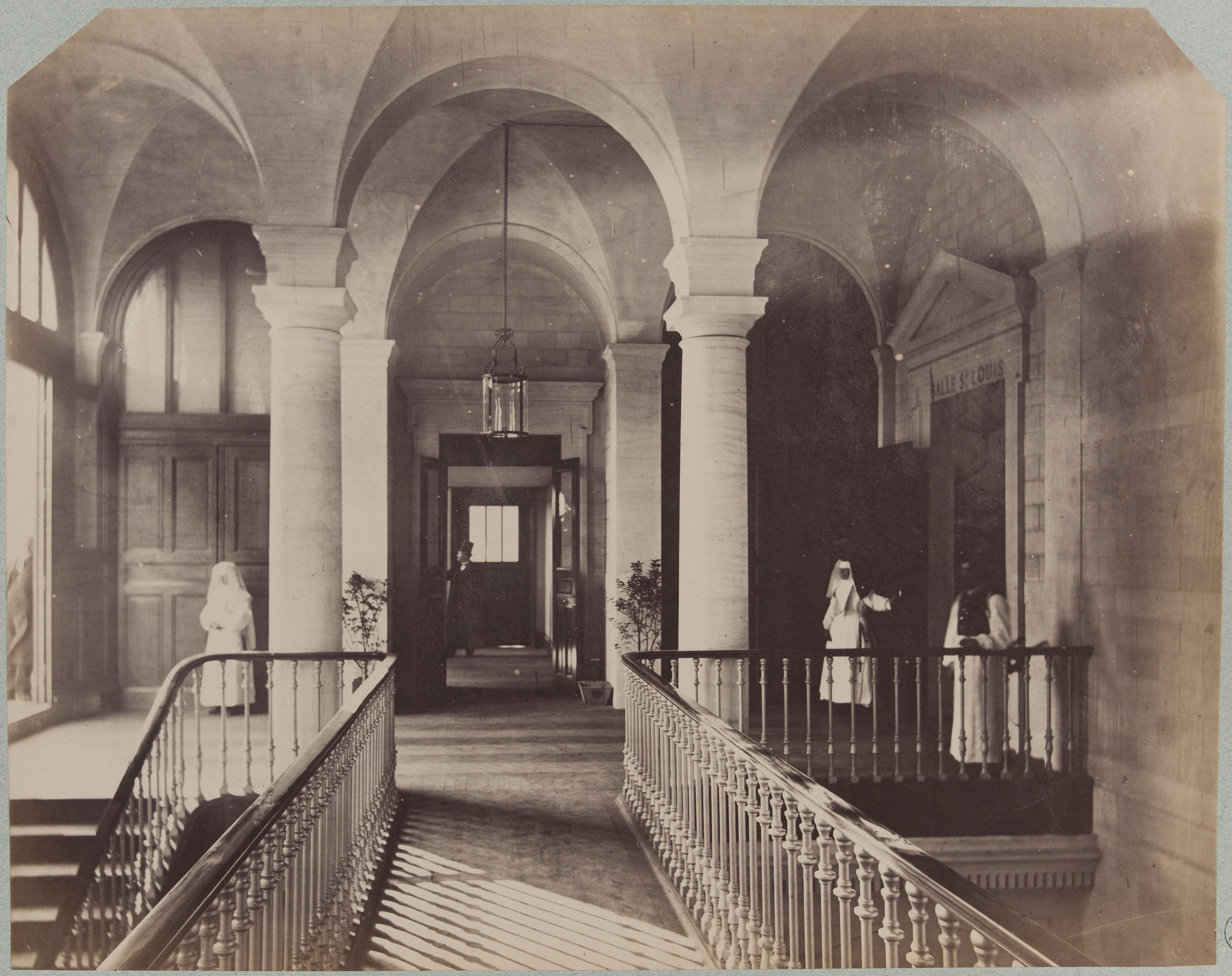 Коридор и лестничная площадка 2-го этажа нового Отель-Дьё де Пари