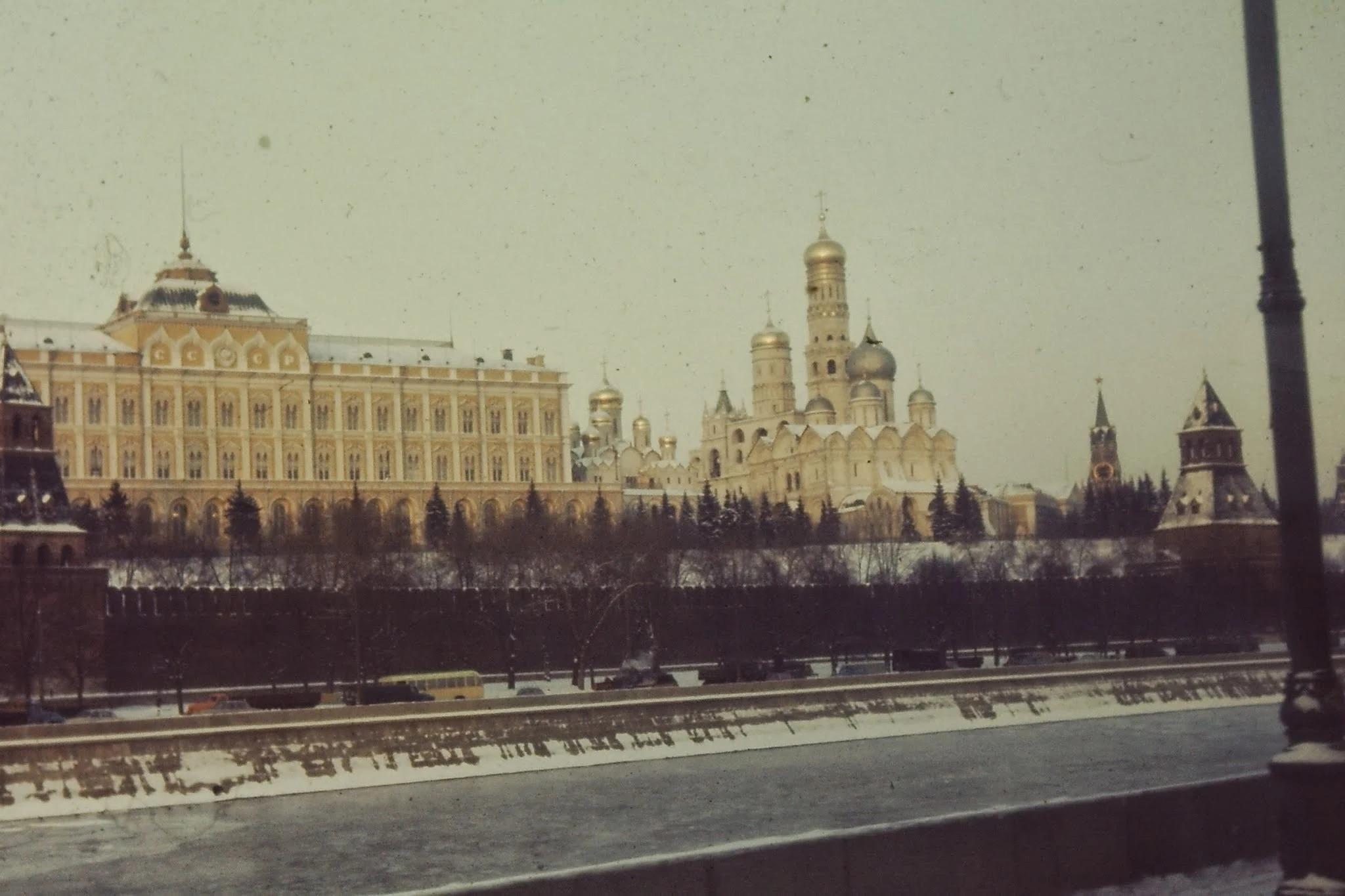 Кремль, с другой стороны Москвы-реки. На снимке Большой Кремлевский дворец, место заседаний Верховного Совета