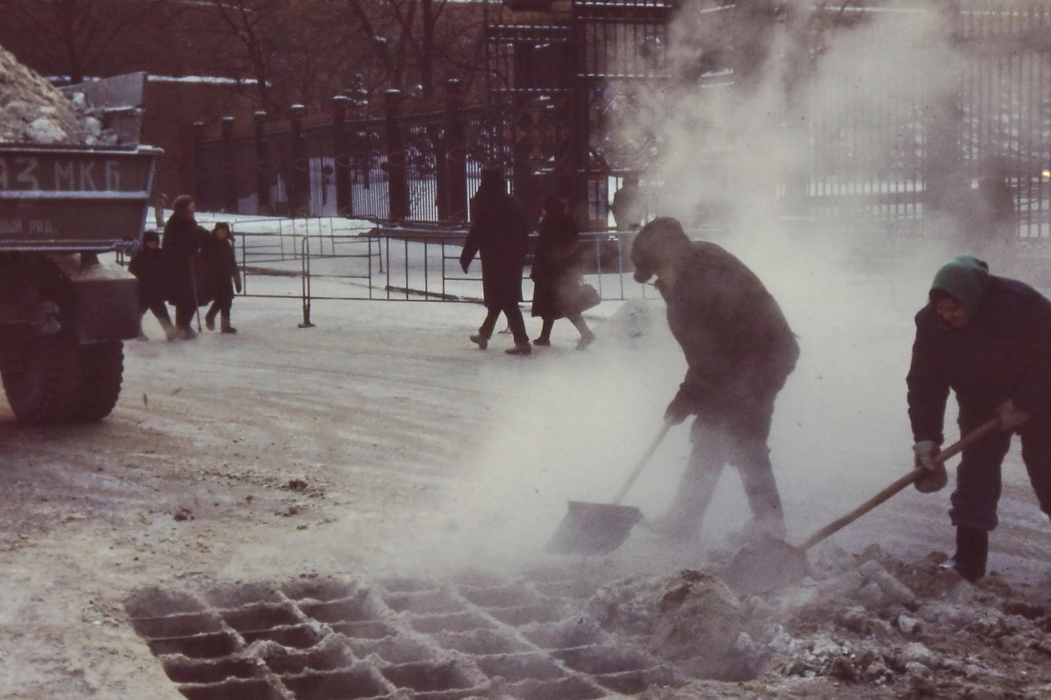 Проспект Карла Маркса. Снег сбрасывают в подземную реку Неглинку. В течение дня было минус 25, а ночью минус 35