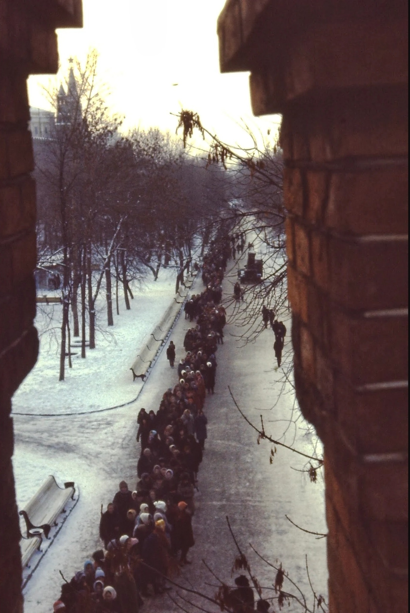 Каждый день тянется длинная очередь в мавзолей. В течение дня в Москве было минус 25 градусов