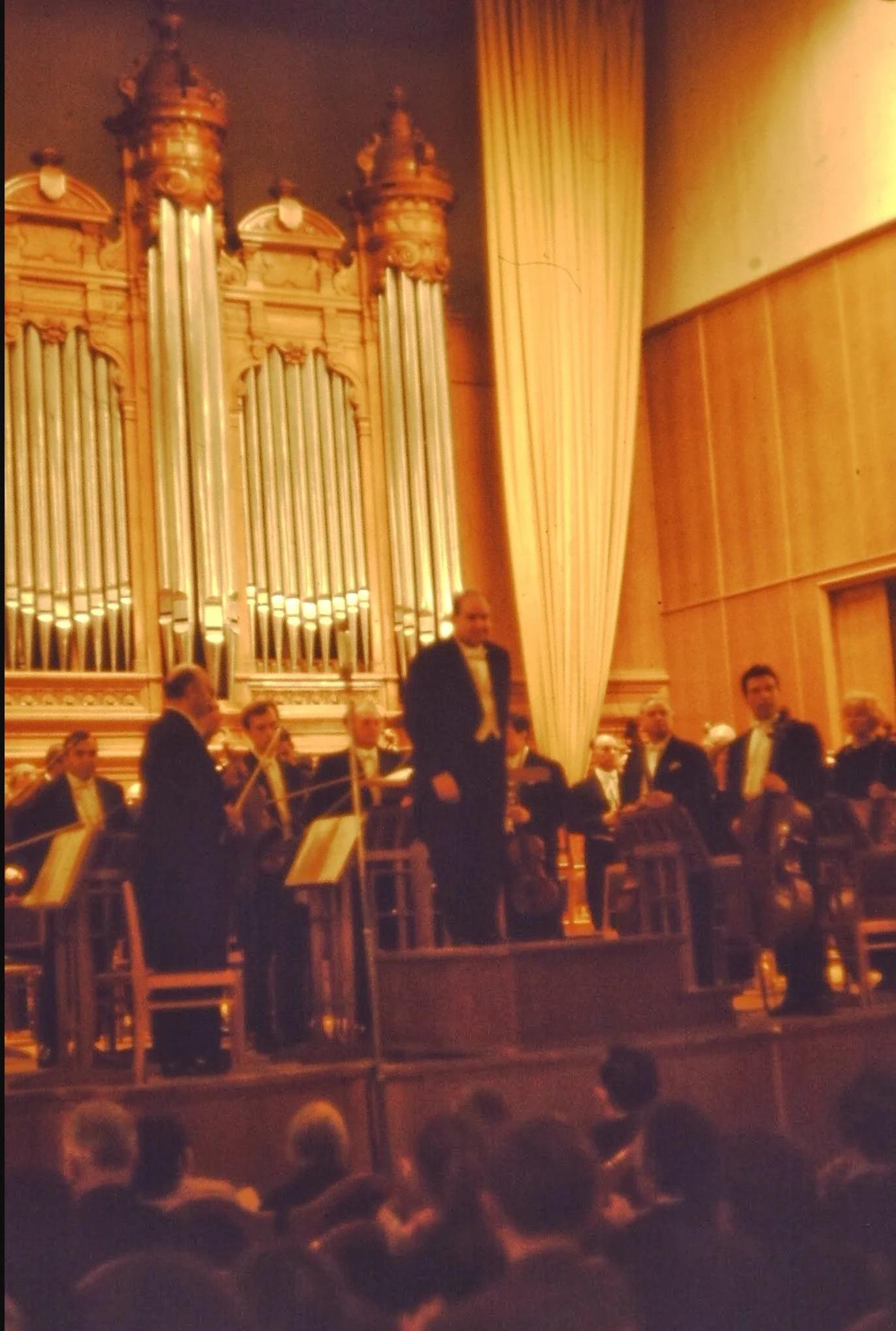 Государственный симфонический оркестр. Давид Ойстрах. Исполнение Девятой симфонии Шостаковича. Мы все еще не понимаем как следует музыку Шостаковича. Это совершенно новое и по первому разу очень странное явление