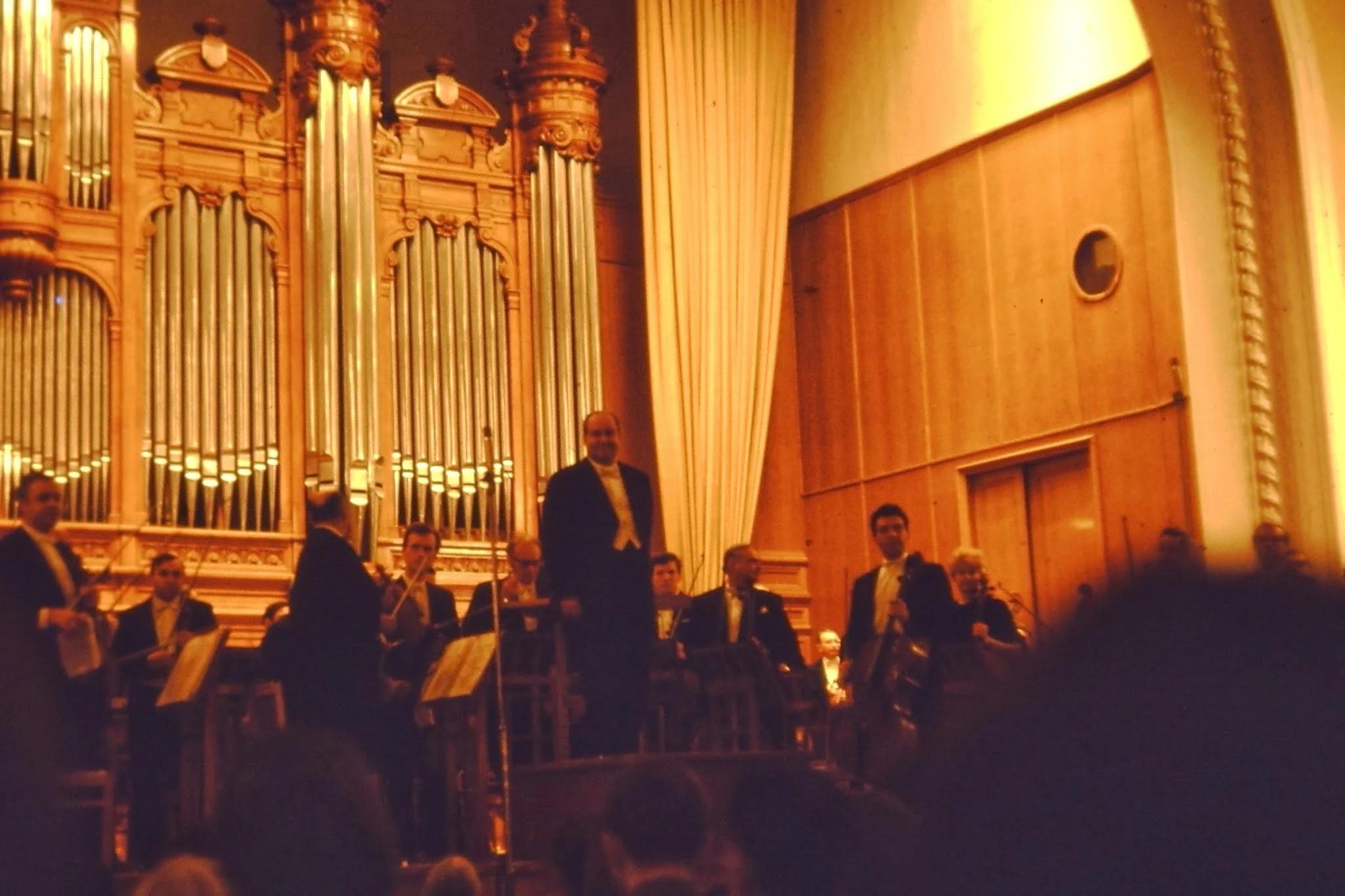 Давид Ойстрах смотрит на Дмитрия Шостаковича, сидящего в зале. После перерыва Чайковский - Шестая симфония (Патетическая) и Гайдн
