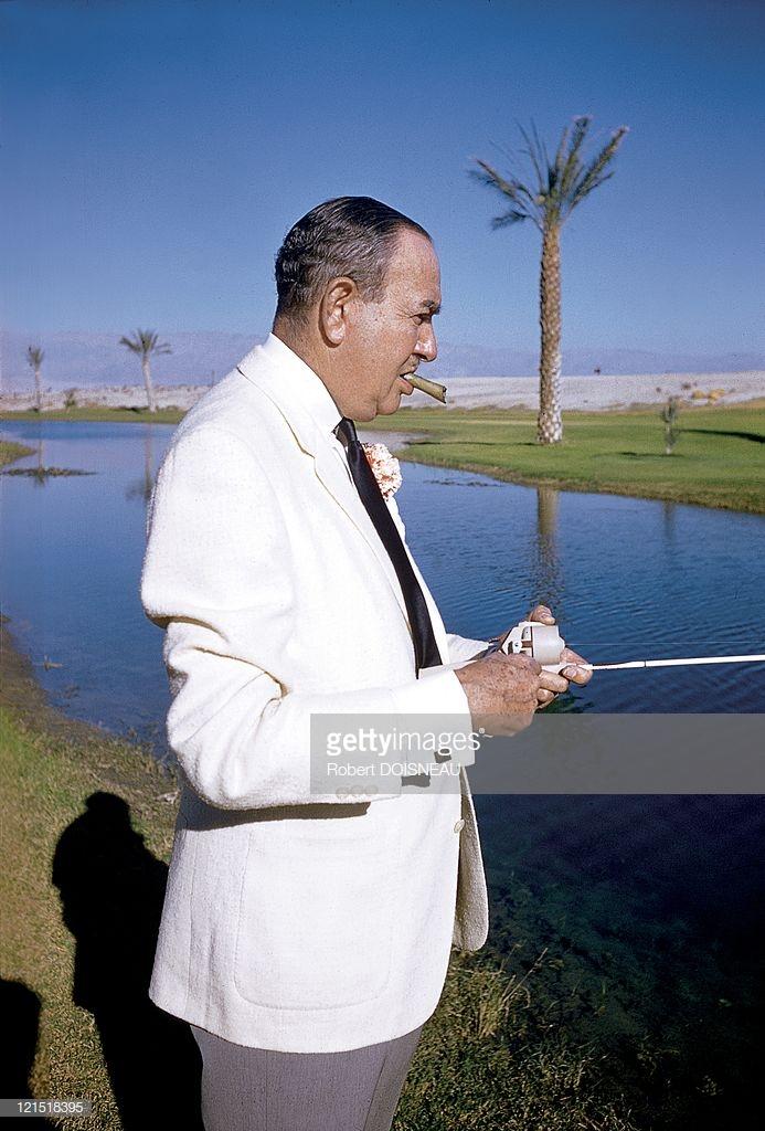 1960. Палм-Спрингс. Рыбак-гольфист курит на поле для гольфа