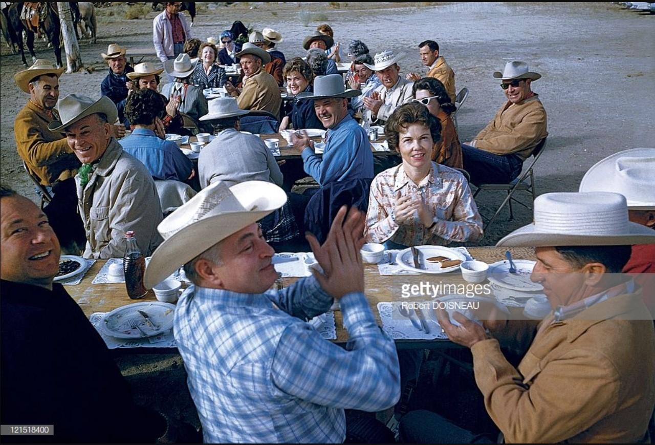 1960. Палм-Спрингс. Человек сидит и хлопает в ладоши