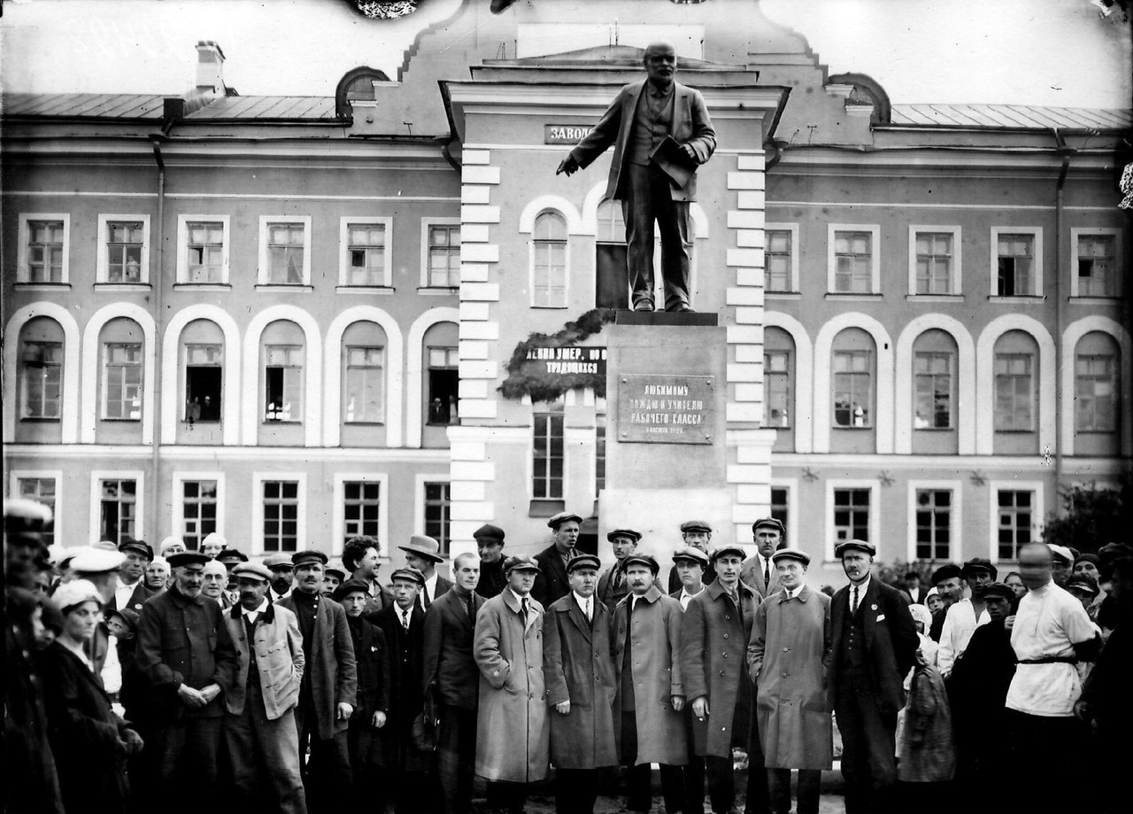 Открытие памятника В.И. Ленину у Невского завода, 8 августа