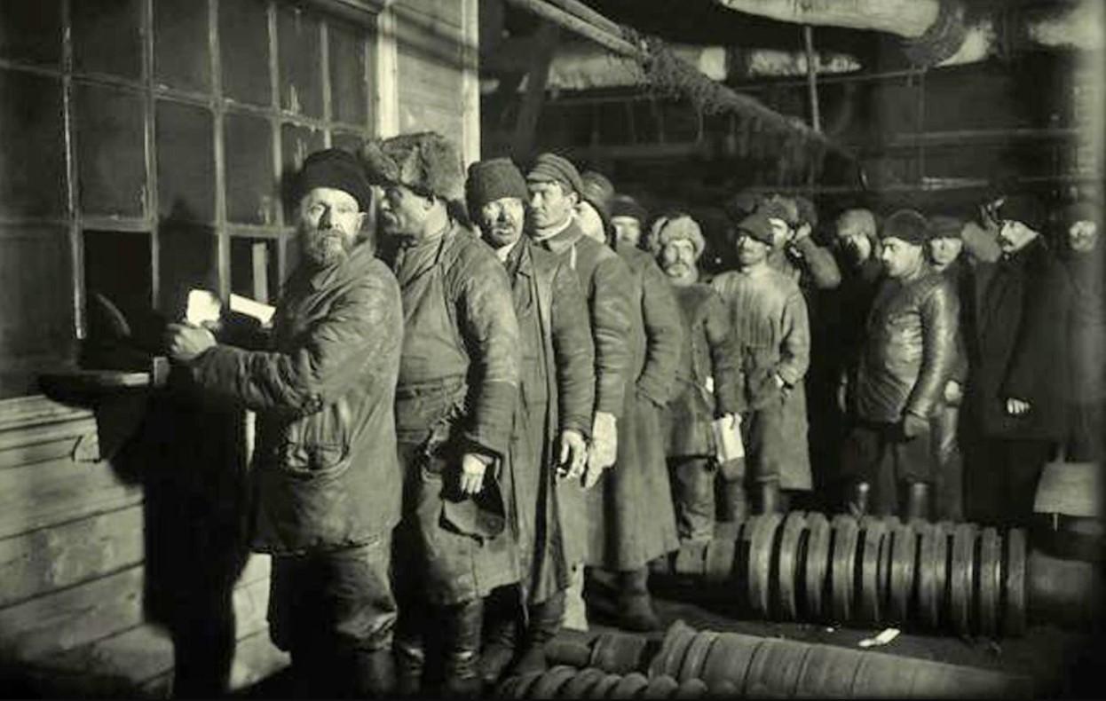 Завод «Красный путиловец». Очередь за зарплатой