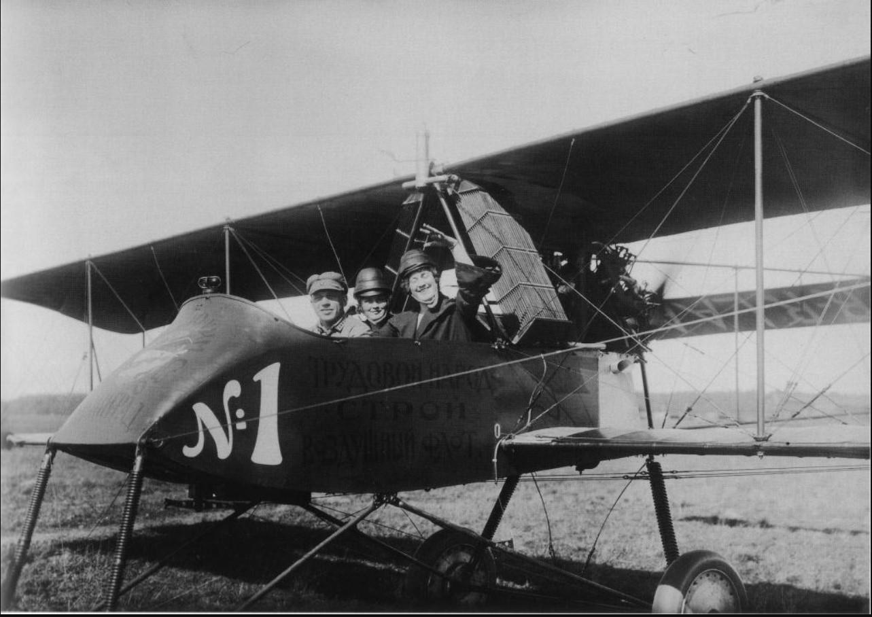 Самолет «Вуазен» с пилотом и пассажирами - членами общества «Авиахим». 18 июля