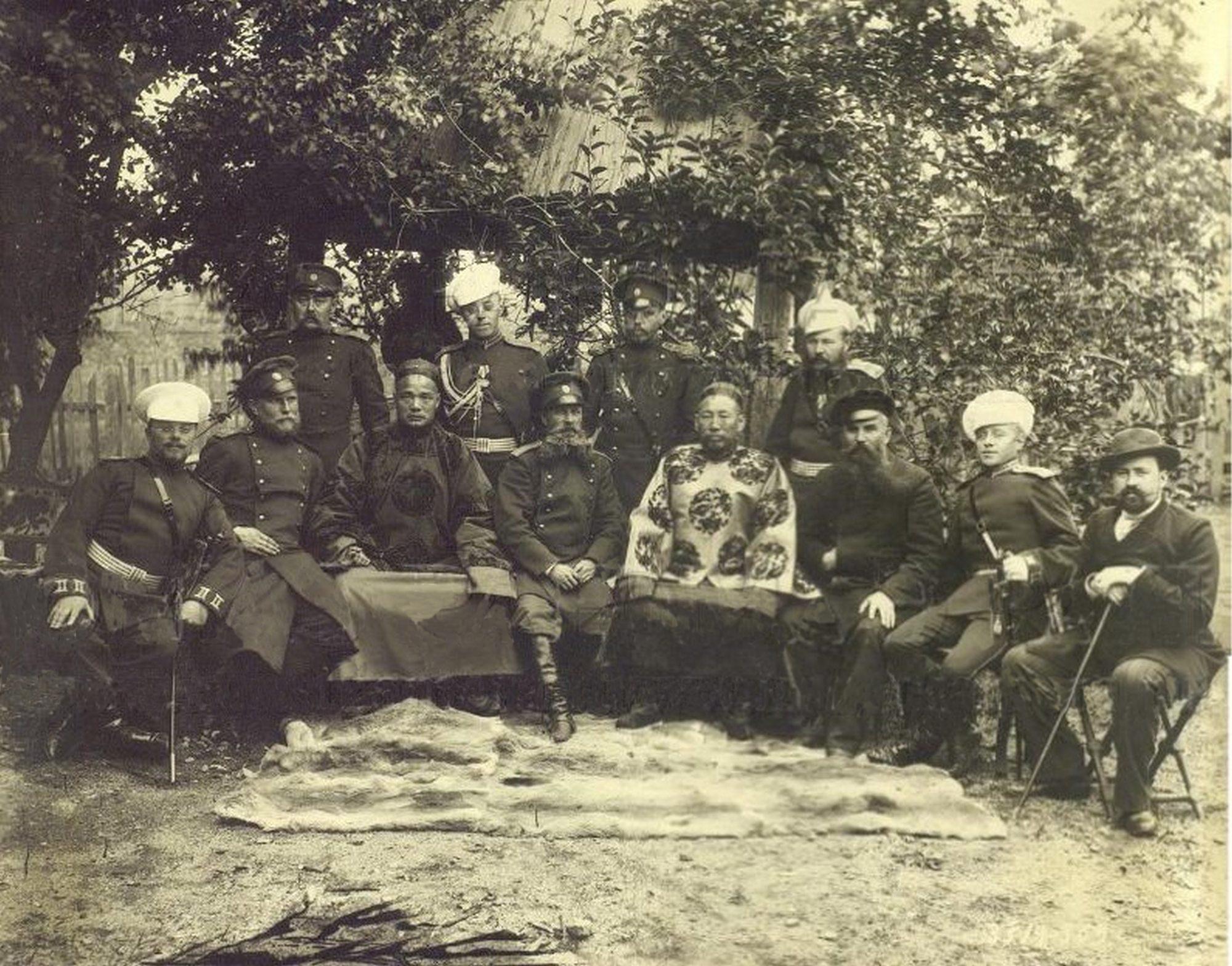 Группа русских офиц. и кит.чиновников