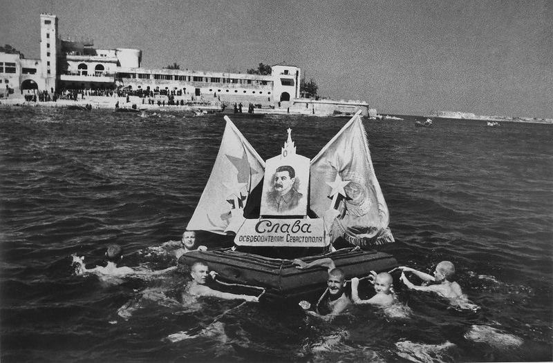 1944. Флаги и портрет И.В. Сталина с лозунгом «Слава освободителям Севастополя» на воде в Севастополе