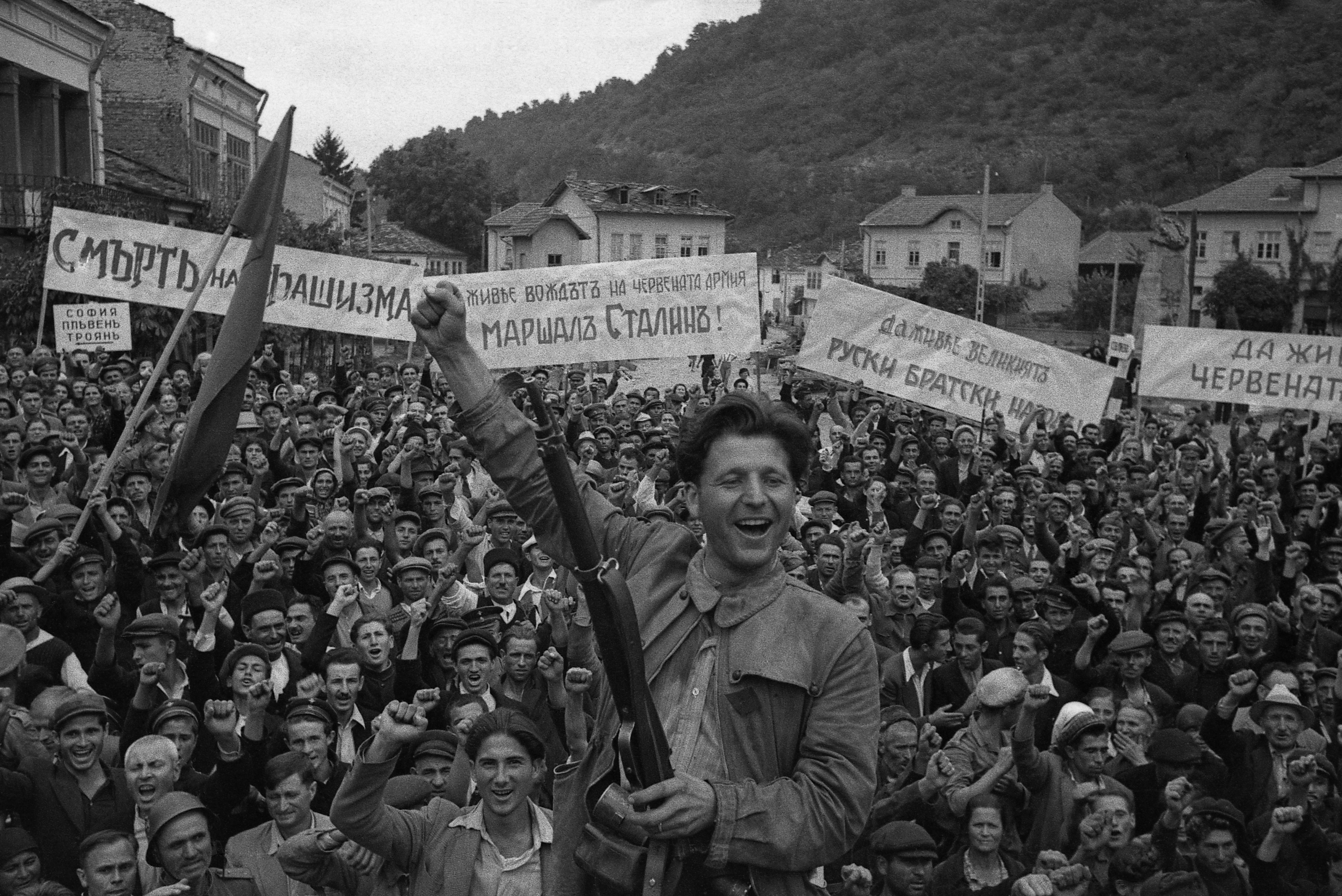 1944. Жители Болгарского городка празднуют освобождение от гитлеровцев. Имя человека на переднем плане — Коча Караджев, болгарский партизан
