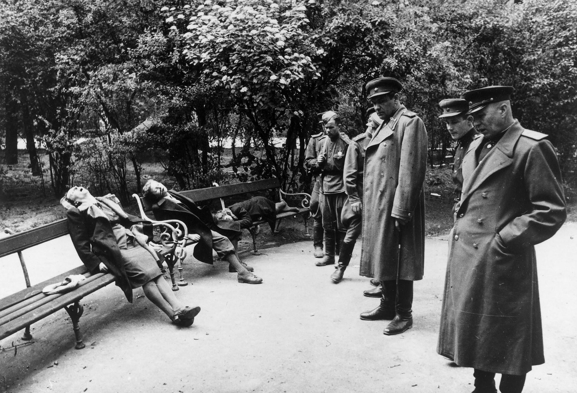 Нацист перед приходом советских войск расстрелял свою семью и покончил с собой на улице Вены. Генерал-майор Дмитрий Трофимович Шепилов (1905—1995) с бойцами и офицера