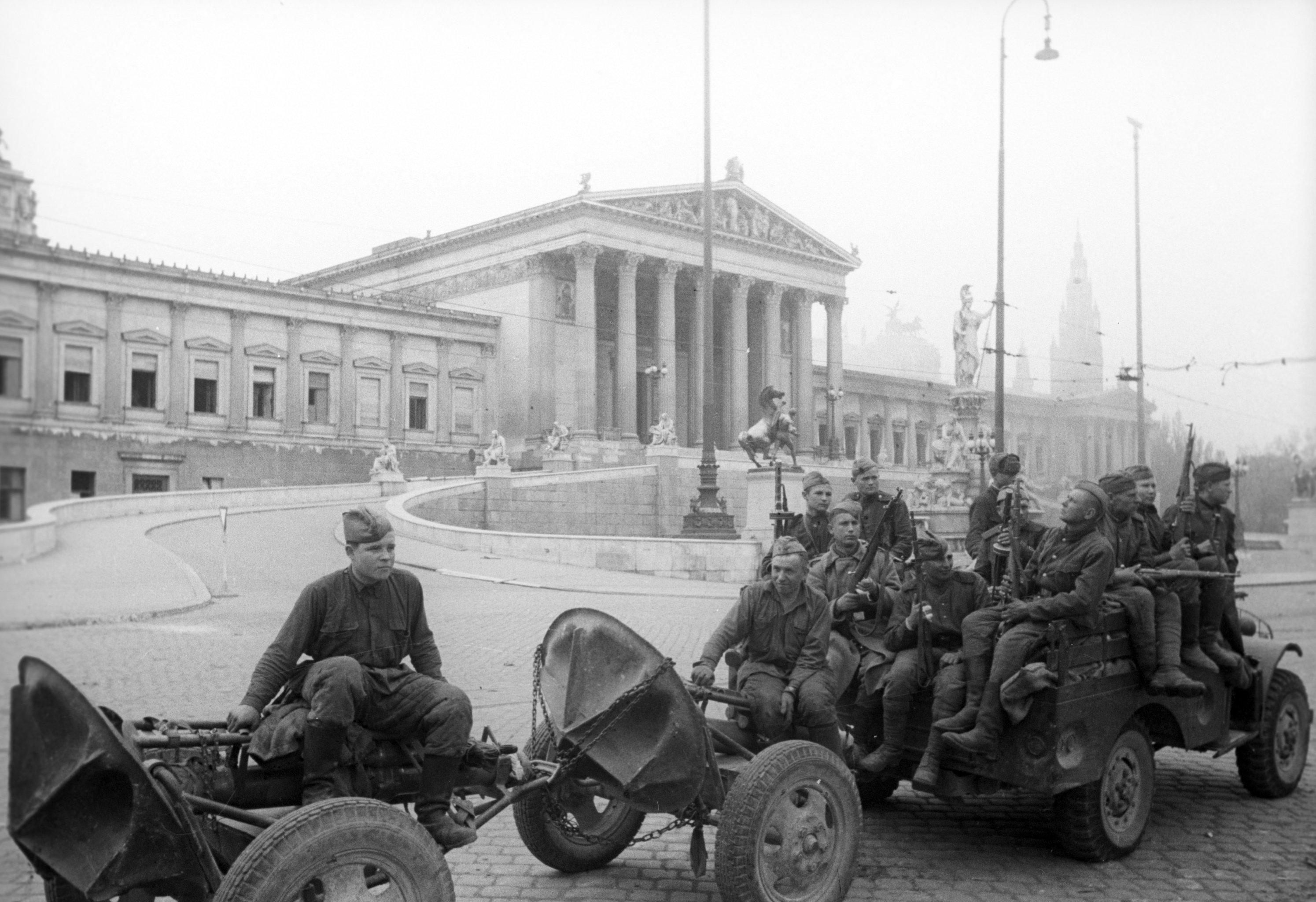 1945. Подразделение советских минометчиков проезжает перед зданием парламента в Вене