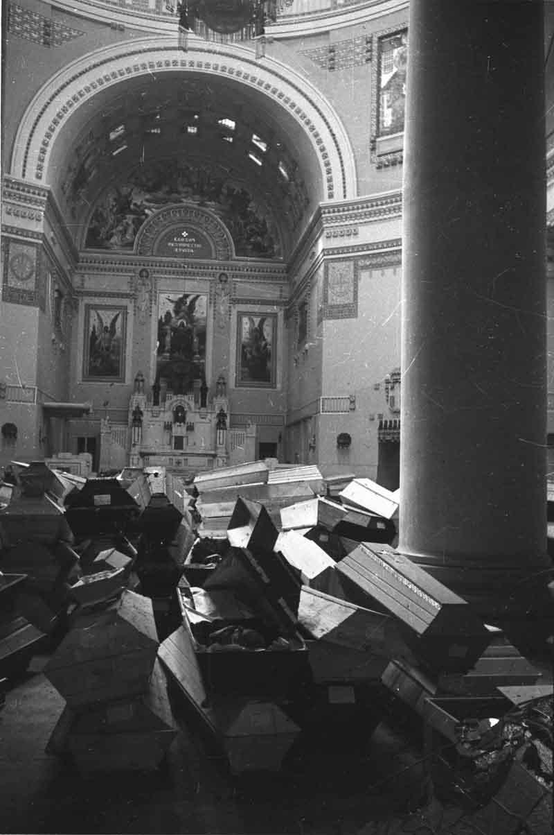 1945. Гробы в соборе Вены после окончания боев за город.