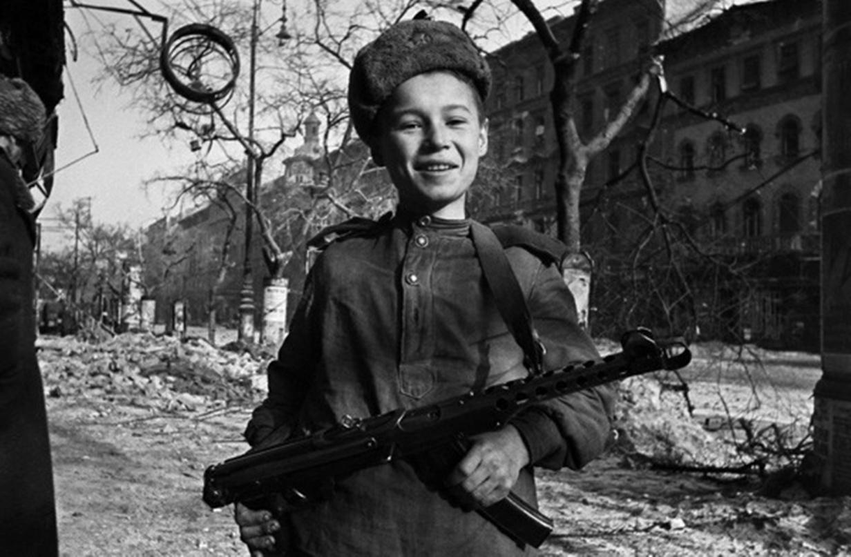 1945. Сын полка с ППС-43 на улице Будапешта