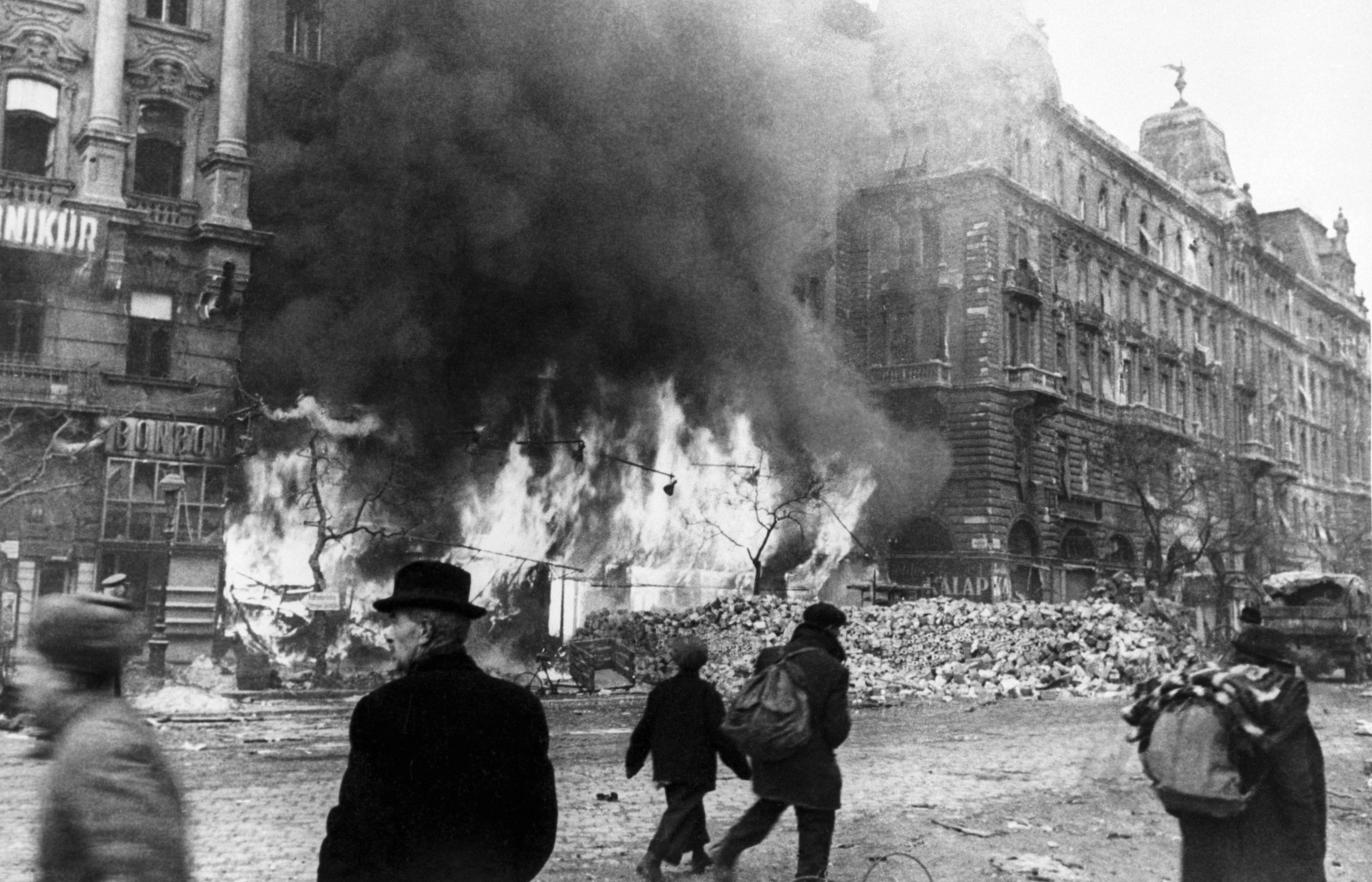 1945. Мирные жители у горящего дома на улице Ваци в Будапеште