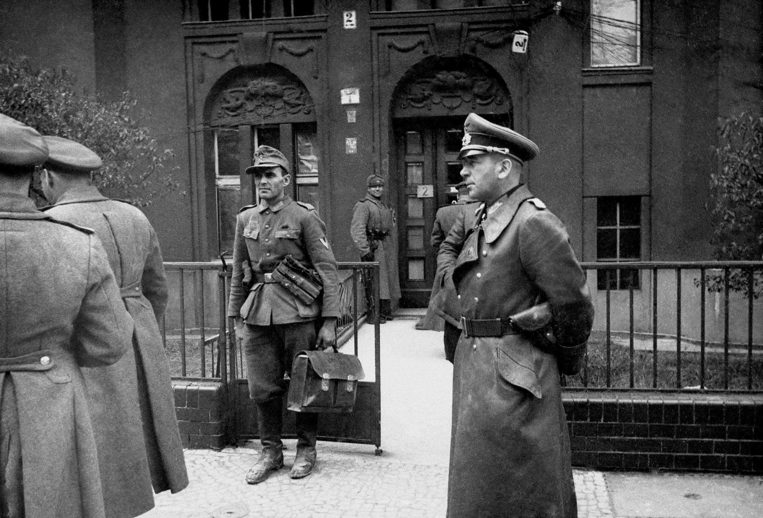 1945. Начальник генерального штаба германских сухопутных войск генерал-лейтенант пехоты Ганс Кребс у штаба советских войск в Берлине.