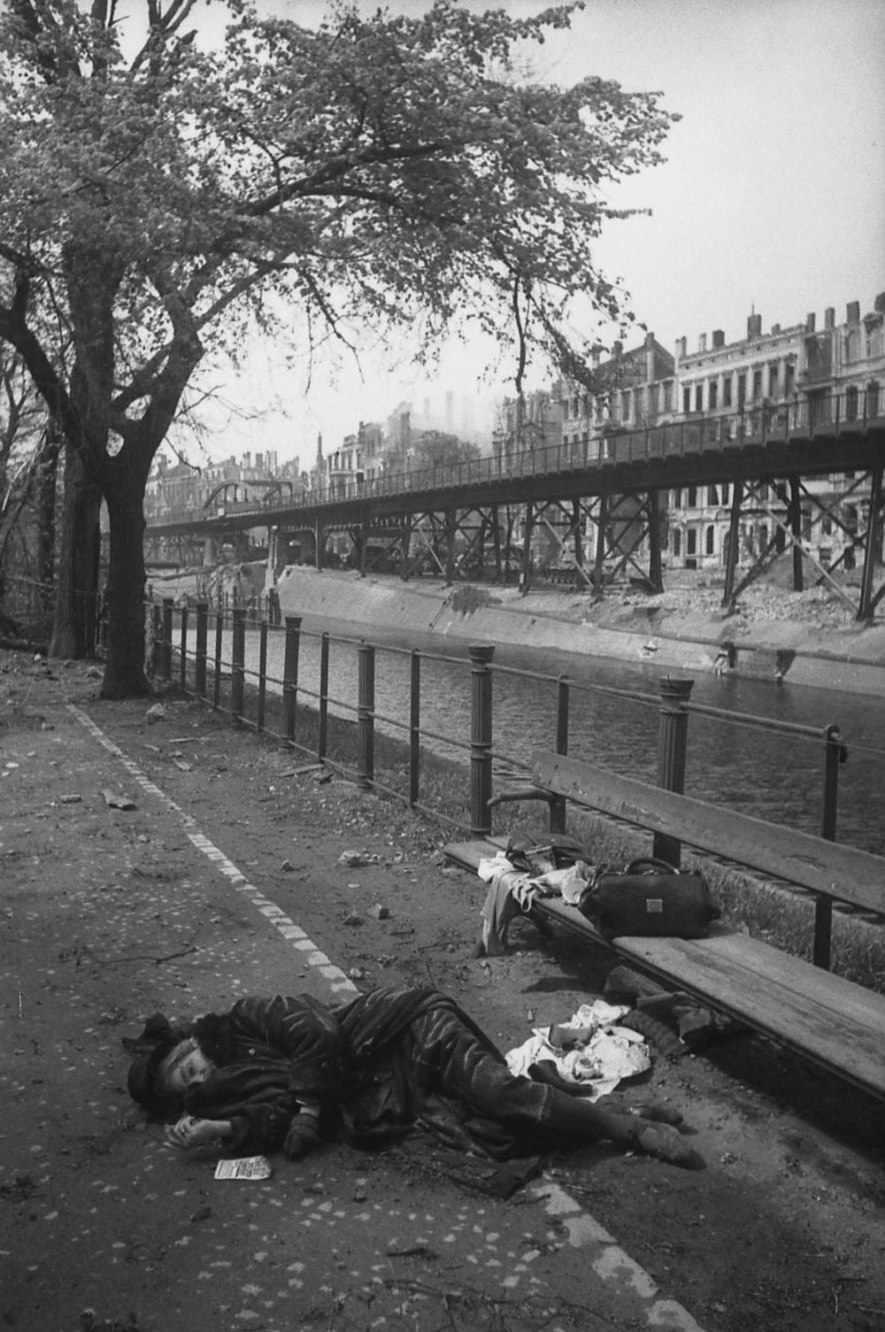 1945. Жительница Берлина, умершая или убитая на набережной.