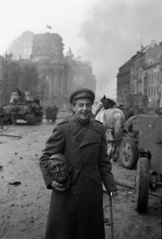 1945. Поэт Евгений Долматовский со скульптурной головой Гитлера в Берлине