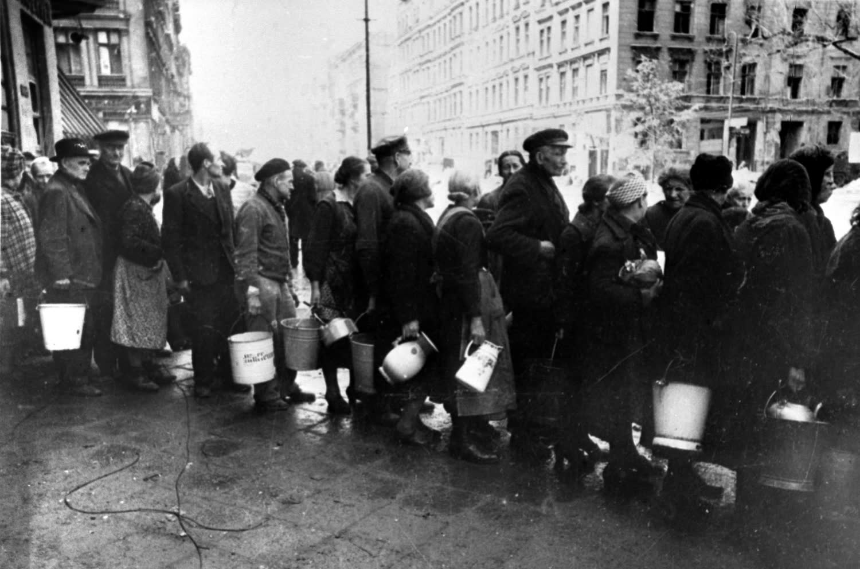 1945. Мирные жители в очереди за водой на улице Берлина