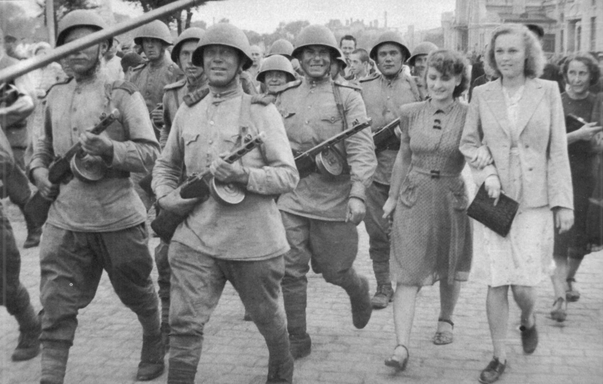 1945. Советские солдаты проходят по улице Харбина