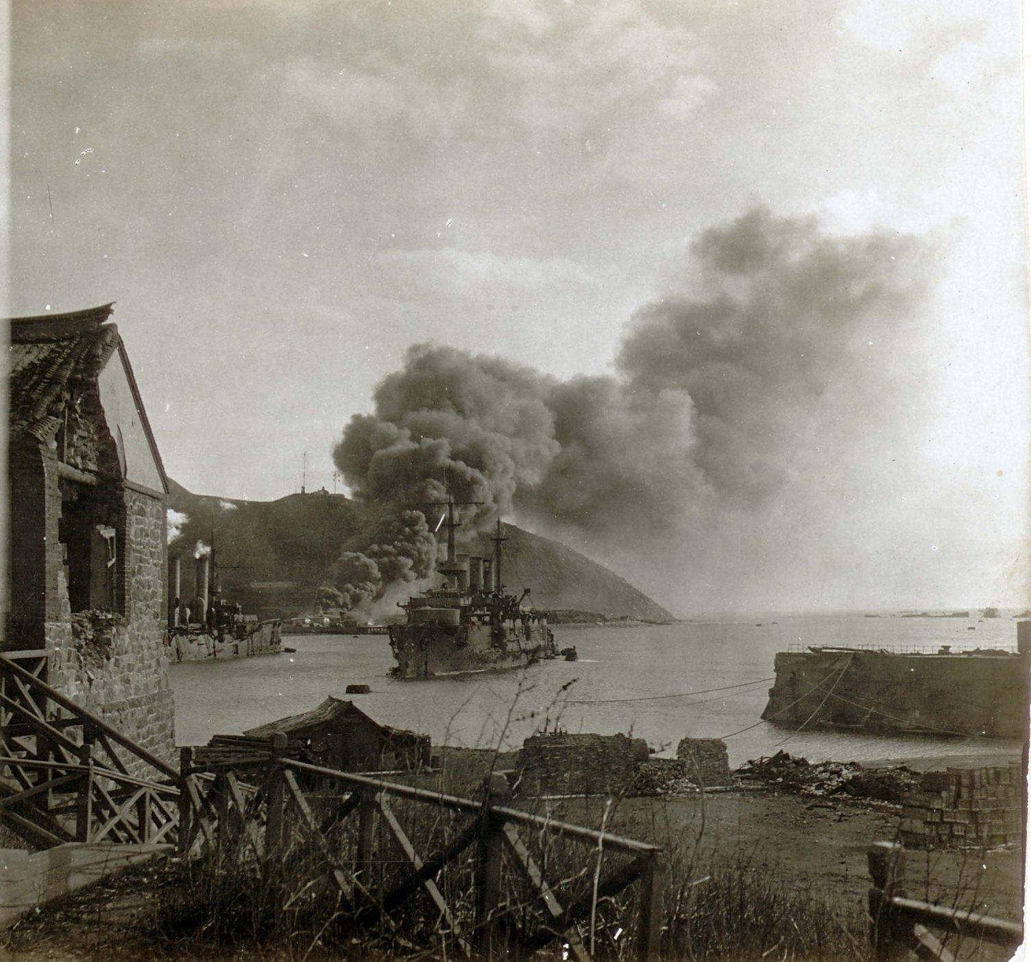 Попадание японского снаряда в эскадренный броненосец «Победа»